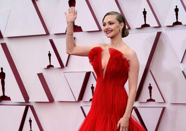 الممثلة أماندا سيفريد تصل حفل توزيع جوائز أوسكار بنسختها الـ93 في لوس أنجلوس، كاليفورنا، الولايات المتحدة 25 أبريل 2021