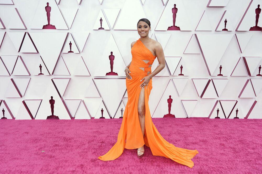 الممثلة أريانا ديبوزيه تصل السجادة الحمراء لحفل توزيع جوائز أوسكار بنسختها الـ93 في لوس أنجلوس، كاليفورنا، الولايات المتحدة 25 أبريل 2021