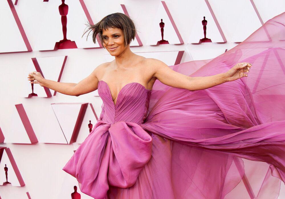 الممثلة هالي بيري تصل السجادة الحمراء لحفل توزيع جوائز أوسكار بنسختها الـ93 في لوس أنجلوس، كاليفورنا، الولايات المتحدة 25 أبريل 2021