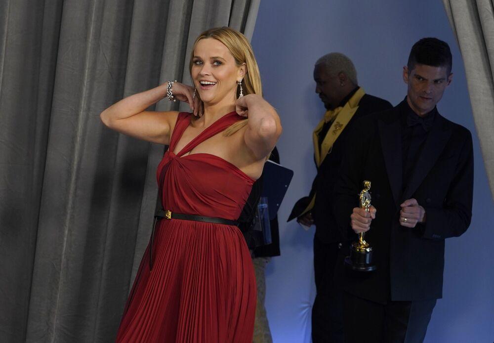 الممثلة ريز ويذرسبون تصل السجادة الحمراء لحفل توزيع جوائز أوسكار بنسختها الـ93 في لوس أنجلوس، كاليفورنا، الولايات المتحدة 25 أبريل 2021