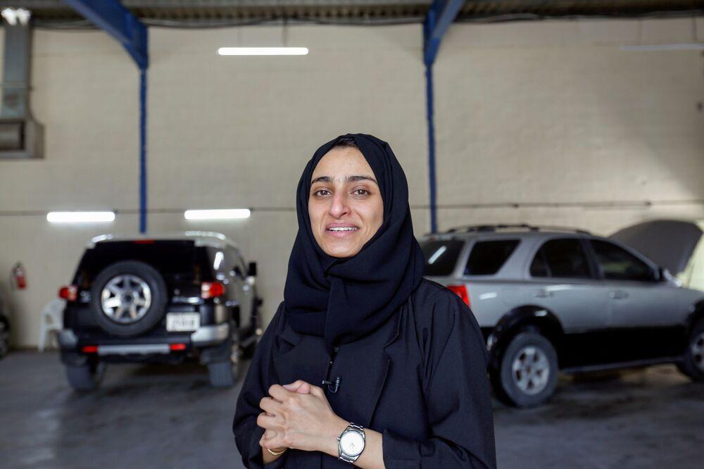 الإماراتية هدى المطروشي، 36 عاماً، خلال جلسة تصوير في كراجها في الشارقة، الإمارات العربية المتحدة، 21 أبريل 2021