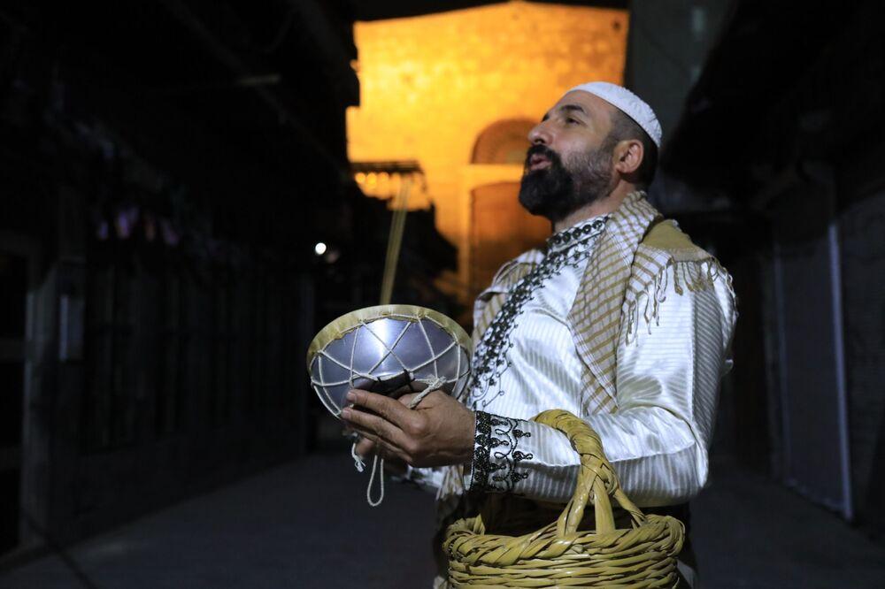 المسحراتي السوري محمد الصوان في دمشق، سوريا 25 أبريل 2021