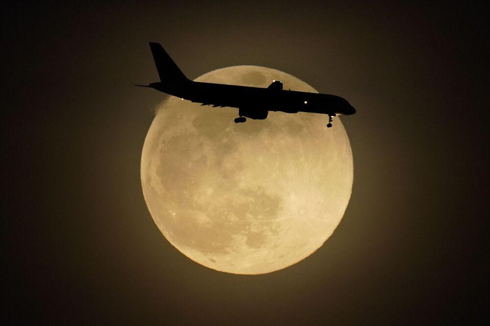 طائرة على خلفية قمر عملاق في لويفيل، ولاية كنتاكي، الولايات المتحدة 26 أبريل 2021
