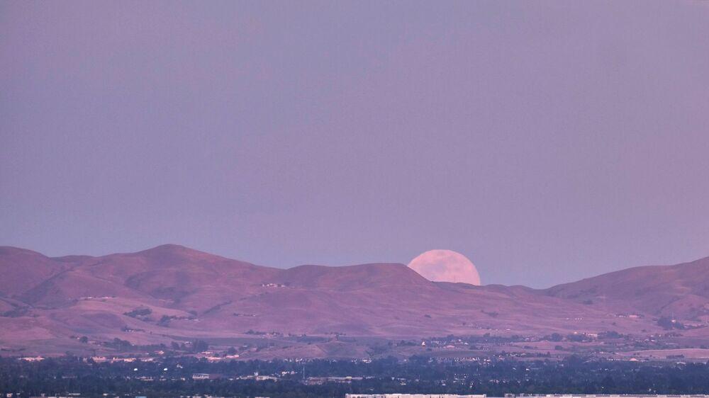 قمر وردي عملاق في دوبلين، كاليفورنيا، الولايات المتحدة 26 أبريل 2021