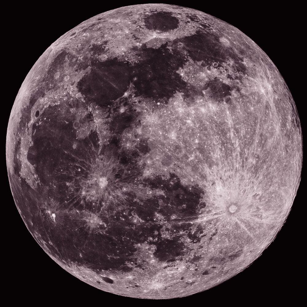 قمر وردي عملاق في السماء، 26 أبريل 2021