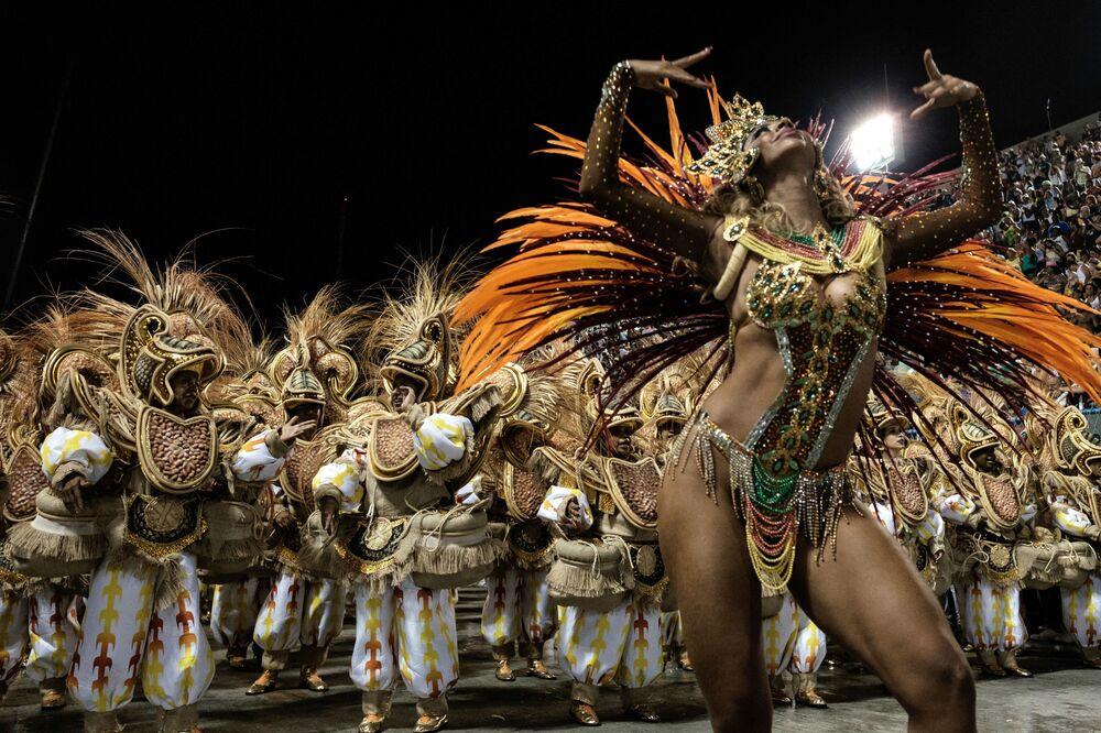 ممثلو مدرسة  لرقص السامبا يونيدوز دا تيجوكا في كرنفال ريو دي جانيرو، البرازيل 8 فبراير 2016