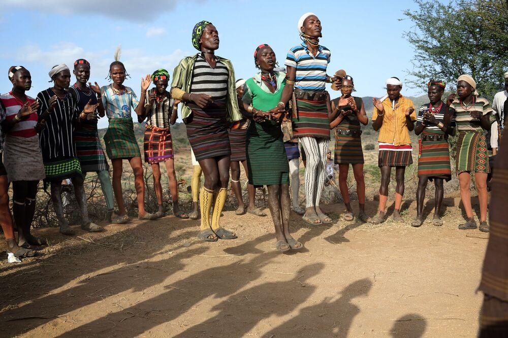 رقصة خيميرا إفانغاندي التقليدية أثناء مراسم قفز الثيران في وادي أومو السفلي، إثيوبيا