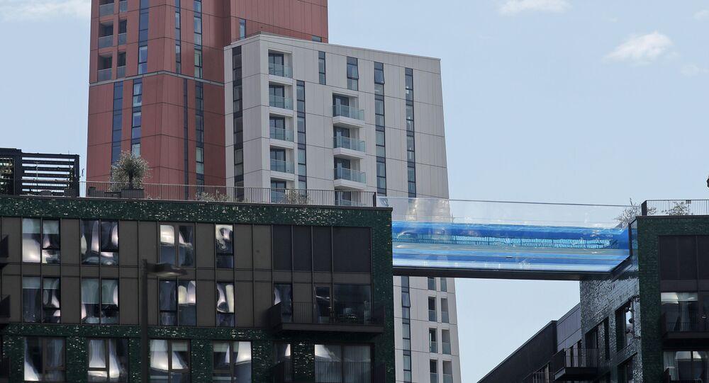 أول مسبح زجاجي على ارتفاع 35 متر (115 قدم) في العالم في لندن، إنجلترا 27 أبريل 2021