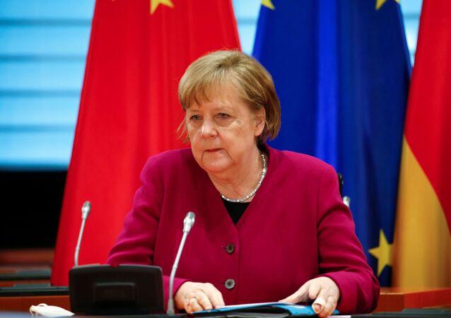 مستشارة ألمانيا أنجيلا ميركل خلال مشاركتها في محادثات افتراضية عبر الفيديو مع رئيس الوزراء الصيني لي كيبيانغ، برلين، ألمانيا 28 أبريل 2021
