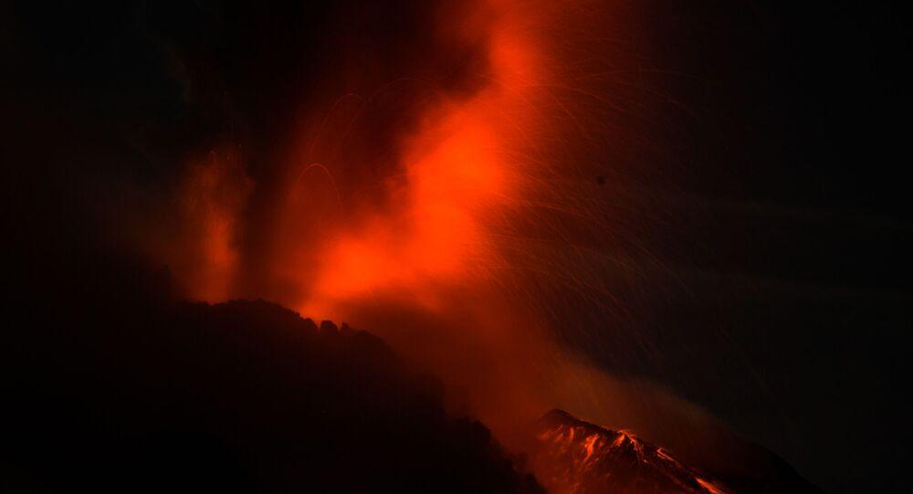 ثوران بركان سينابونغ في إندونيسيا 28 أبريل 2021