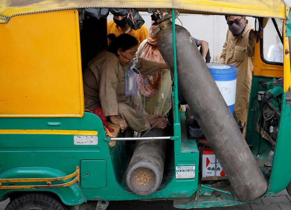 كارثة إنسانية كبرى - تسجيل أرقام قياسية لحالات الإصابة بمرض كوفيد-19، كورونا، شخص يرتدي قناع الأكسجين ينتظر دوره للدخول إلى المشفى لتلقي العلاج في أحمد آباد، الهند 28 أبريل 2021