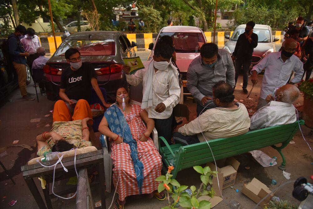 كارثة إنسانية كبرى - تسجيل أرقام قياسية لحالات الإصابة بمرض كوفيد-19، أشخاص يعانون من نقص الأكسجين وبنتظرون لتلقي الدعم في أحد معابد غورودفار في نيودلهي، الهند 28 أبريل 2021