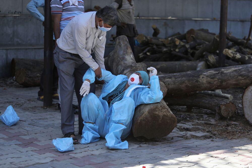 كارثة إنسانية كبرى - تسجيل أرقام قياسية لحالات الإصابة بمرض كوفيد-19، أحد أقارب ضحايا كورونا الذي توفى في جامو، الهند 28 أبريل 2021