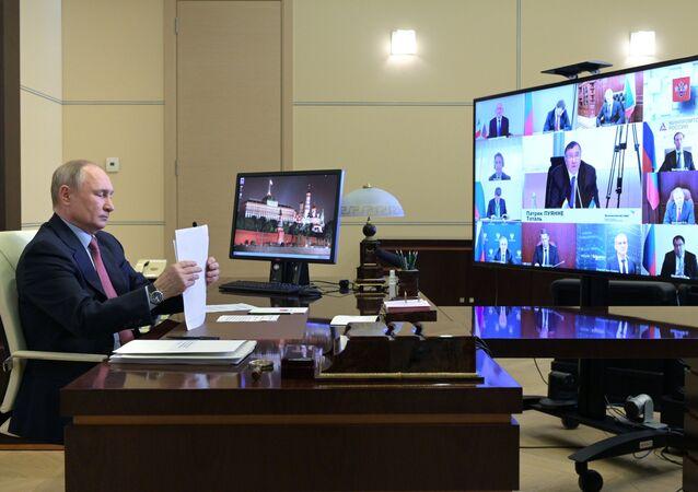 الرئيس الروسي فلاديمير بوتين خلال اجتماع افتراضي مع ممثلي مجتمع الأعمال الفرنسي، في مقره نوفور أوغاروفو، ضواحي موسكو، روسيا 29 أبريل 2021