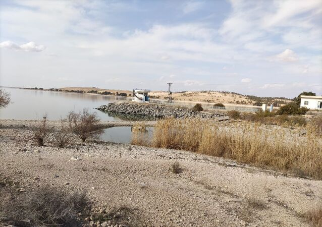 الظلام يخيم على شرقي سوريا جراء استمرار حبس مياه الفرات بالسدود التركية
