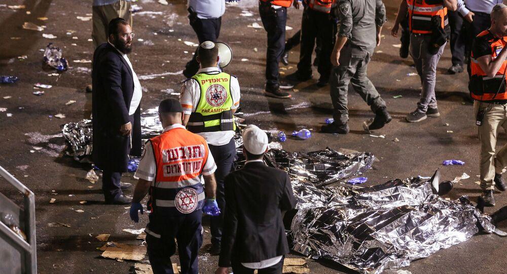 المسعفون وعمال الإنقاذ في حادث انهيار منصة لاغ بعمر في جبل ميرون، شمالي إسرائيل