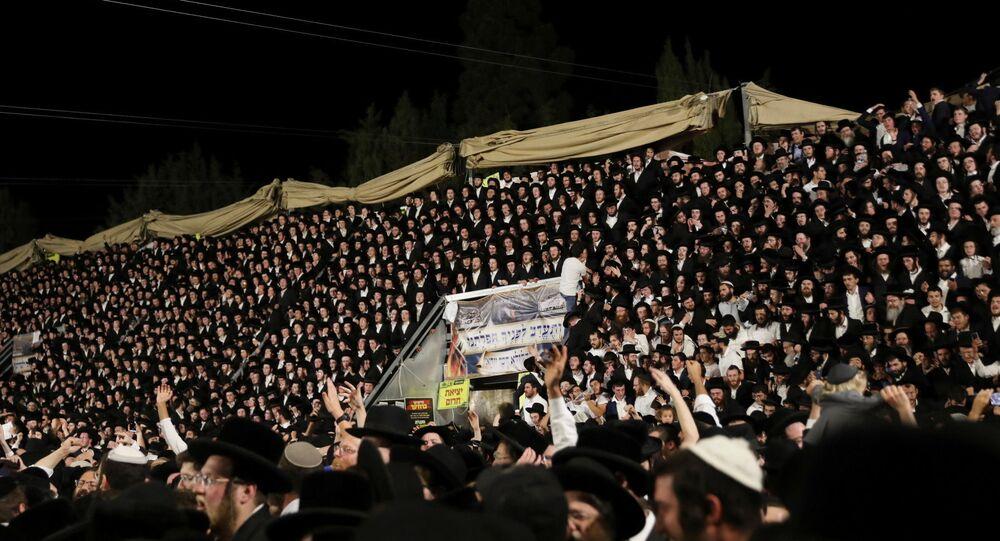 المصلون اليهود يغنون ويرقصون في حفل لاغ بعمر في جبل ميرون، شمالي إسرائيل
