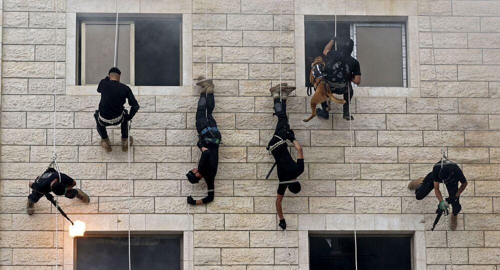 عناصر قوات الأمن الفلسطيني التابعة لحركة حماس، خلال مراسم تخرج الشرطة الفلسطينية في مدينة غزة، فلسطين 26 أبريل 2021
