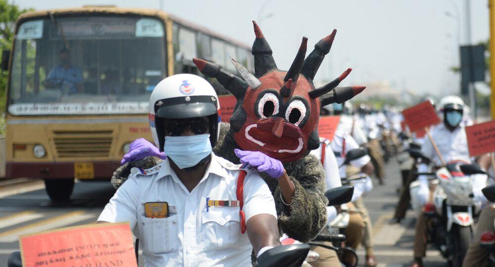 شخص من منظمة غير حكومية يرتدي زي شرطي كورونا لنشر الوعي عن الاجراءات الوقائية لمنع الإصابة بكورونا في سيليغوري، الهند 28 أبريل 2021