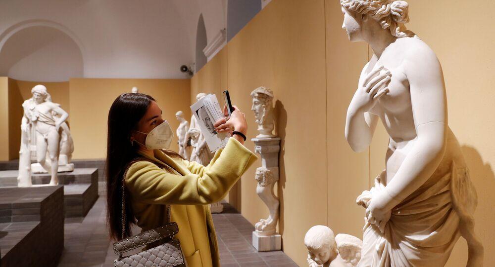 امرأة تلتقط صورة لمنحوتة أثناء زيارتها لمتاحف الكابيتولين في يوم إعادة افتتاحها، حيث أصبح جزء كبير من البلاد داخل المنطقة الصفراء ''، مما سمح بتخفيف قيود كورونا الاحترازية في روما، إيطاليا، 26 أبريل 2021
