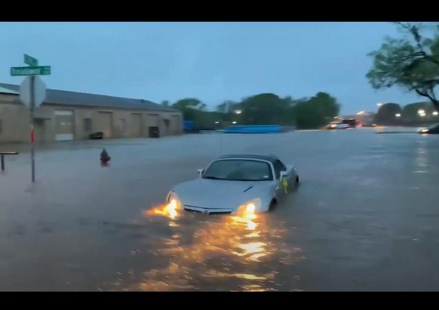 سيارات تلتهمها في مياه الفياضانات في تكساس... فيديو