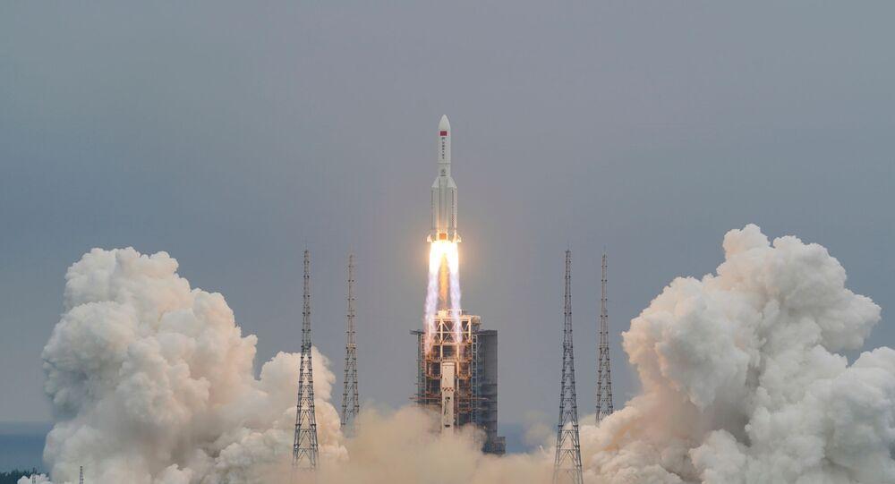 انطلاق صاروخ لونغ مارش - 5 بي واي 2، الذي يحمل الوحدة الأساسية لمحطة الفضاء الصينية تيانخه، من وينتشانغ، 29 نيسان/ أبريل 2021