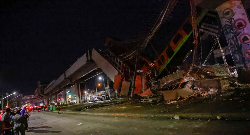 انهيار جسر مترو في مكسيكو