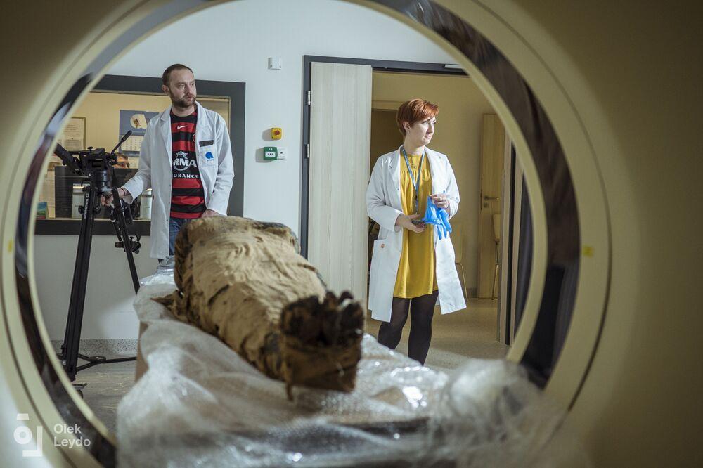 علماء الآثار البولنديون يكتشفون أول مومياء في العالم لامرأة حامل، في منطقة طيبة، مصر 29 أبريل 2021