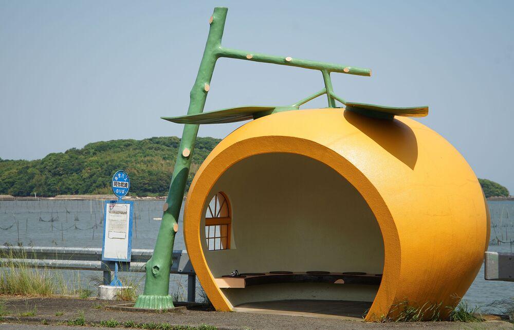 محطة الحافلات العمومية على شكل البرتقال في اليابان