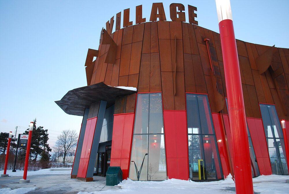 محطة الحافلات العمومية بيونير في تورونتو، كندا