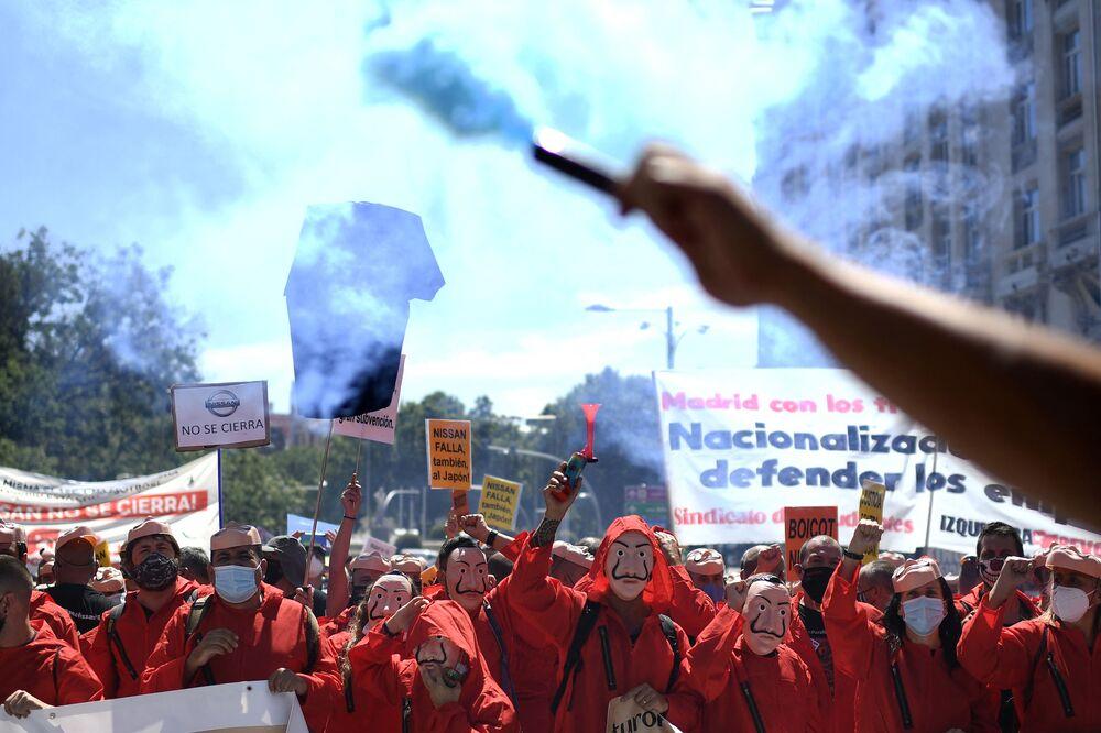 موظفو شركة نيسان للسيارات يرتدون أقنعة على شكل وجه سلفادور دالي، المستوحاة من المسلسل الإسباني الشهير لا كاسا دي بابيل ( بيت من ورق وبيت المال)، يشاركون في مسيرة احتجاجية في مدريد  ضد إغلاق مصنع نيسان في برشلونة، إسبانيا 15 يوليو 2020