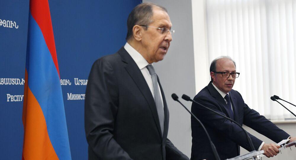 وزير الخارجية الروسي سيرغي لافروف مع ووزير الخارجية الأرمني آرا أيفازيان