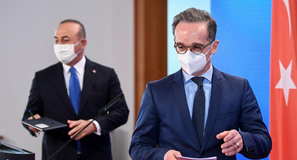 وزير الخارجية التركي، مولود تشاووش أوغلو، خلال مؤتمر صحفي مع نظيره الألماني هيكو ماس في برلين