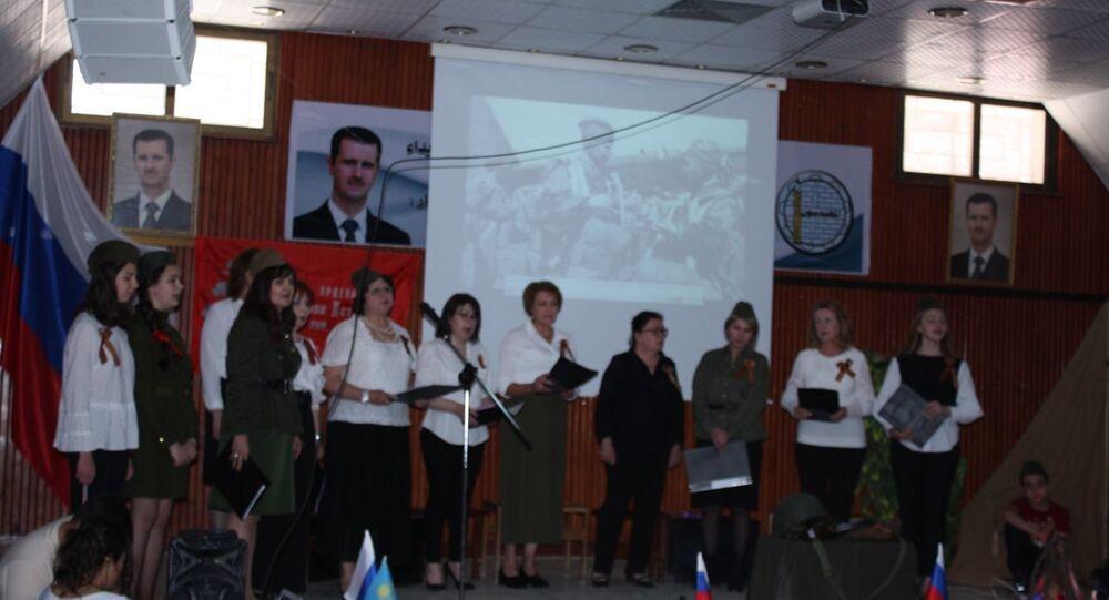 روسيات في مدينة السويداء جنوبي سوريا يحتفلن بعيد النصر