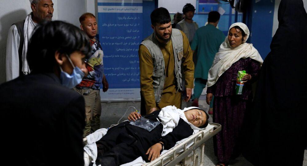 طالبة مصابة في التفجير الذي طال المدرسة في كابول تُنقل إلى المستشفى