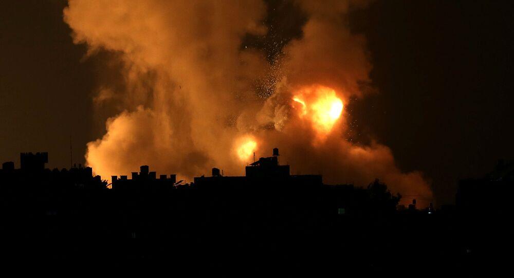 قصف إسرائيلي عنيف يضيء سماء غزة
