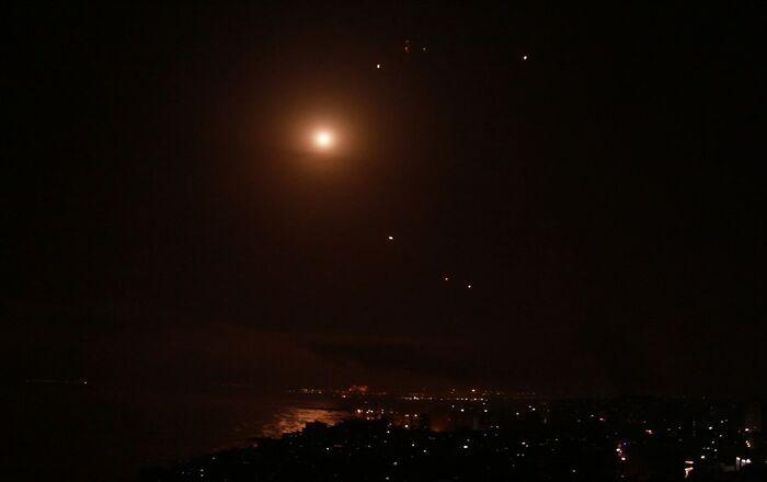 قصف إسرائيلي عنيف يضيء سماء غزة وصواريخ المقاومة لا تتوقف
