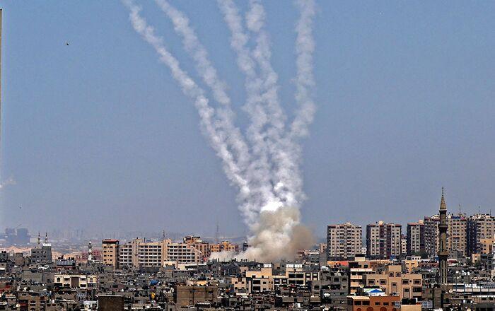 اطلاق المقاومة الفلسطينية الصواريخ من قطاع غزة باتجاه أراضي غلاف غزة، فلسطين 11 مايو 2021