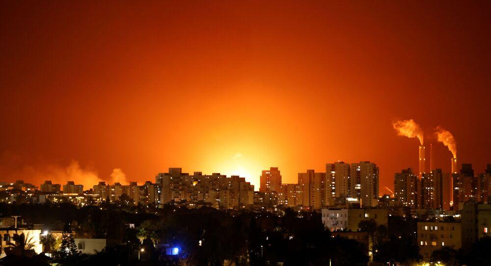 سقوط صاروخ، أطلق من قطاع غزة يتسبب بأضرار ضخمة في خزان الوقود التابع لمحطة الكهرباء الواصلة بين مدينتي عسقلان وإيلات، إسرائيل ليل 12 مايو 2021