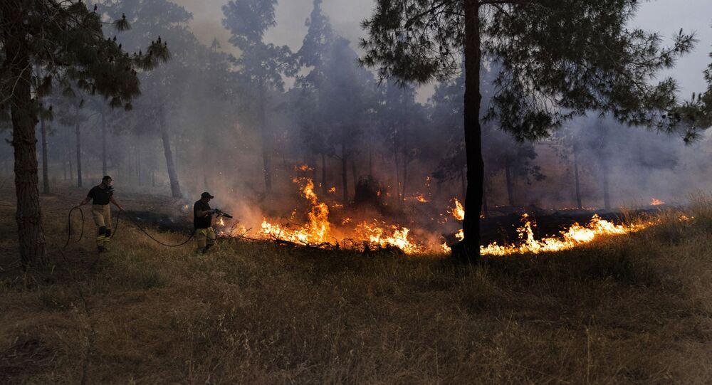 إطفاء حريق ناجم عن البالونات الحارقة أطلقها فلسطينيون من قطاع غزة، جنوب إسرائيل، 9 مايو 2021