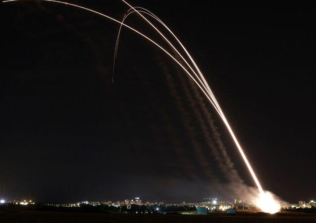 القبة الحديدية تتصدى صواريخ المقاومة الفلسطينية من قطاع غزة باتجاه أراضي غلاف غزة، فلسطين 11 مايو 2021