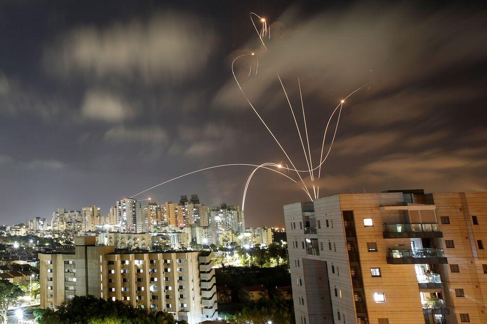 إطلاق المقاومة الفلسطينية الصواريخ من قطاع غزة باتجاه أراضي غلاف غزة، فلسطين  12 مايو2021