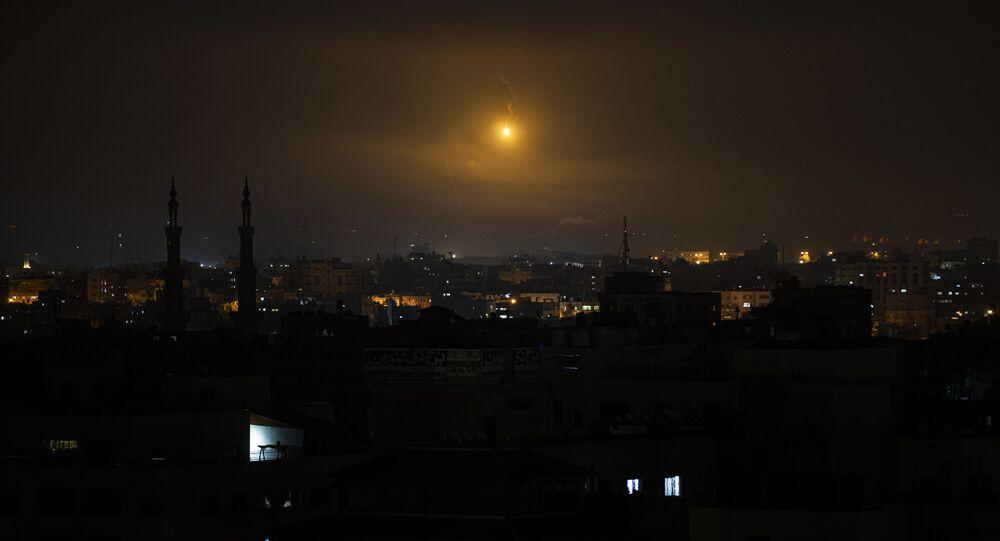 قوات الجيش الإسرائيلي يطلق فوانيس مضيئة لإنارة سماء قطاع غزة، فلسطين  11 مايو2021