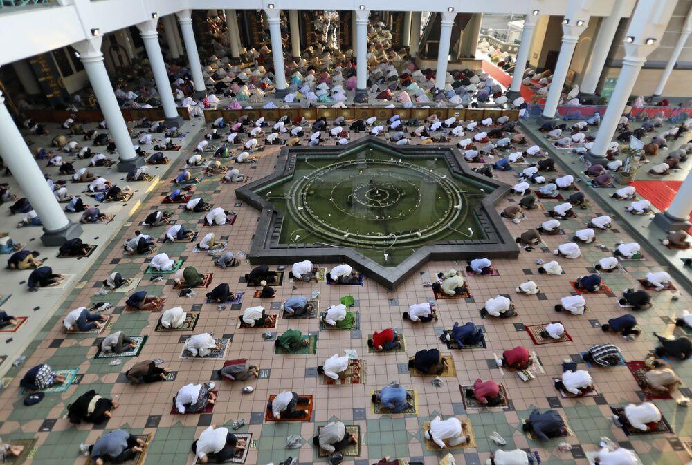 صلاة عيد الفطرفي مسجد الأكبر في سورابايا، إندونيسيا 13 مايو 2021