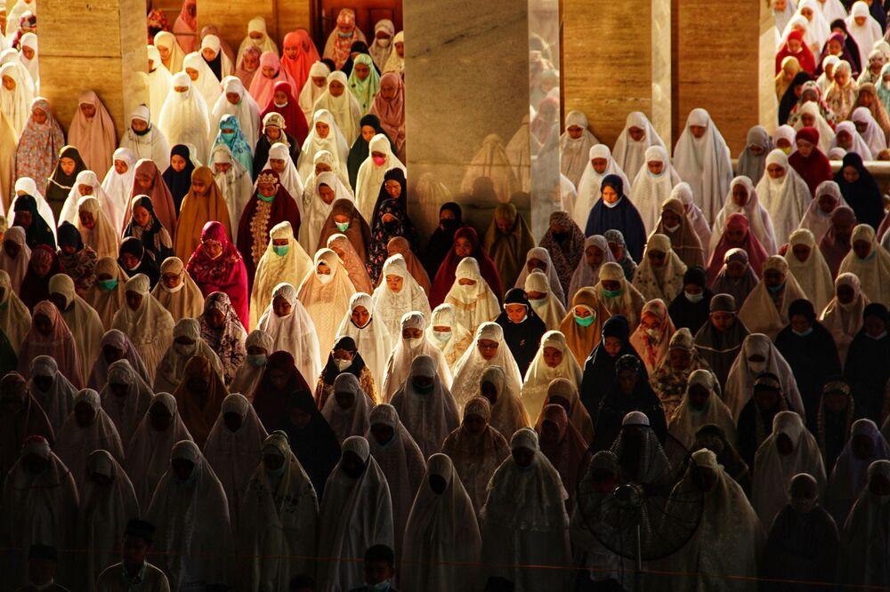 صلاة عيد الفطر في المركز الإسلامي لوكسوماوي ، إندونيسيا 13 مايو 2021