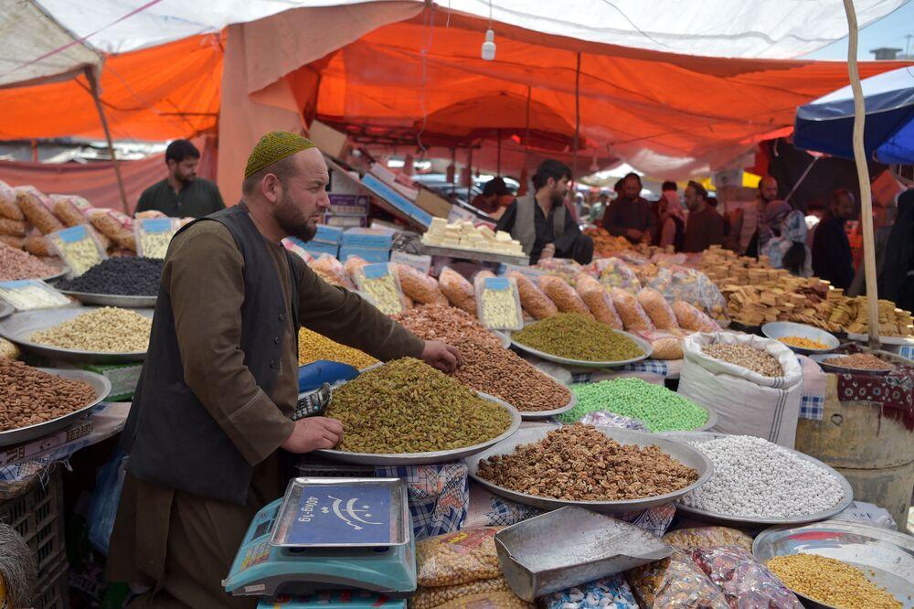 بائع الفواكه المجففة والمكسرات والحلويات قبيل عيد الفطر في مدينة كابول، أفغانستان 12 مايو 2021