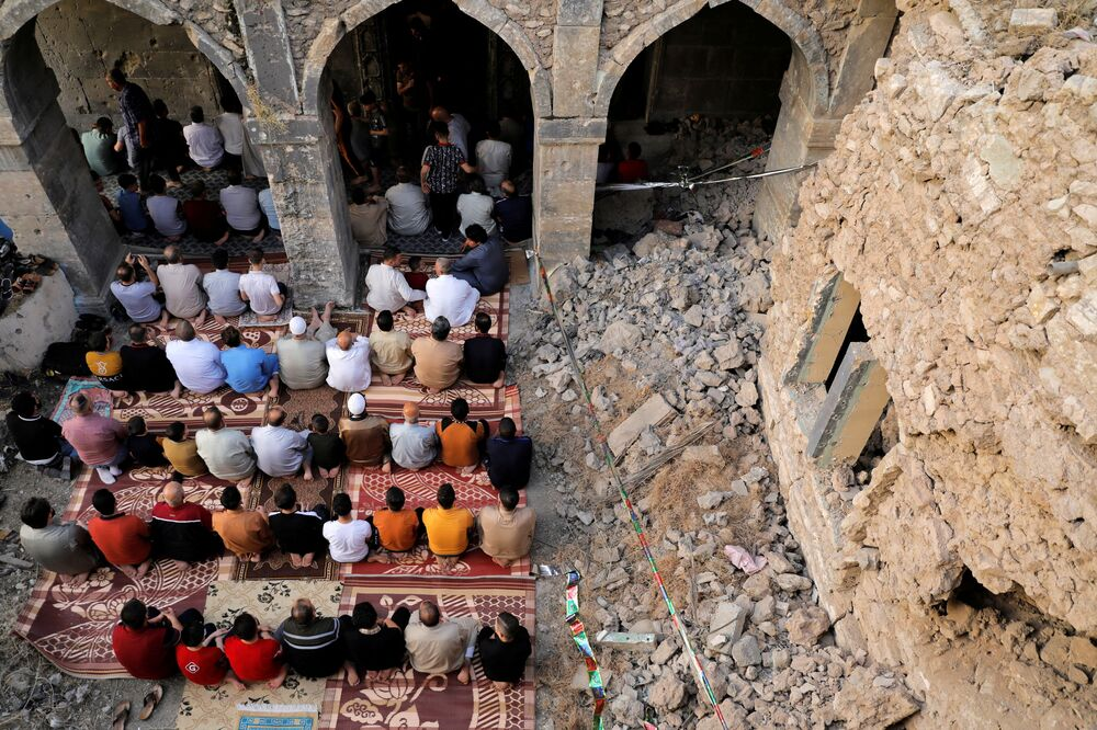 صلاة عيد الفطر في مسجد المصفى القديم في مدينة الموصل، العراق 13 مايو 2021