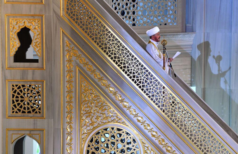 رئيس مجلس مفتي روسيا ورئيس المؤسسة الدينية المركزية للإدارة الروحية للمسلمين في الجزء الأوروبي من روسيا، راويل عين الدين، خلال خطبة صلاة العيد في مسجد موسكو الكبير، روسيا 13 مايو 2021