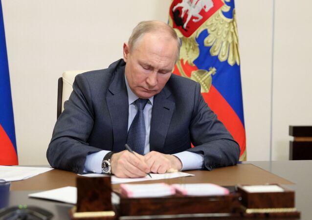 الرئيس الروسي فلاديمير بوتين خلال اجتماع افتراضي مع ممثلي الحكومة الروسية، في مقره نوفور أوغاروفو، ضواحي موسكو، روسيا 13 مايو 2021