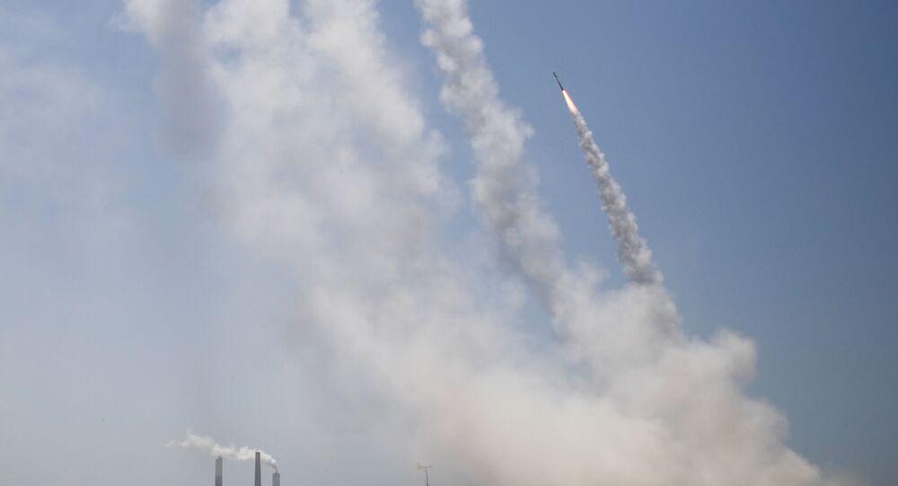 القبة الحديدية تتصدى صواريخ المقاومة الفلسطينية من قطاع غزة باتجاه أراضي غلاف غزة، فلسطين 13مايو 2021